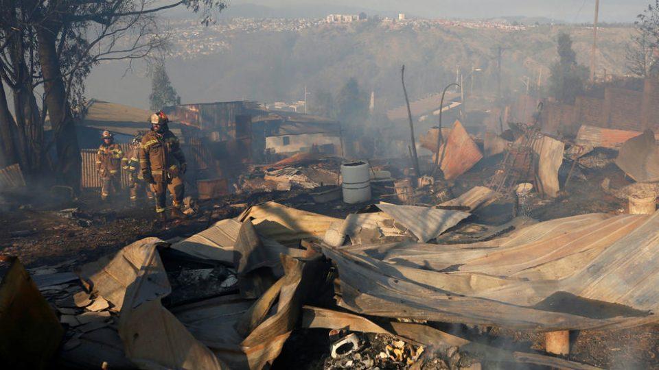 ФОТО: Пожар во град во Чиле проголта најмалку 120 куќи, населението евакуирано