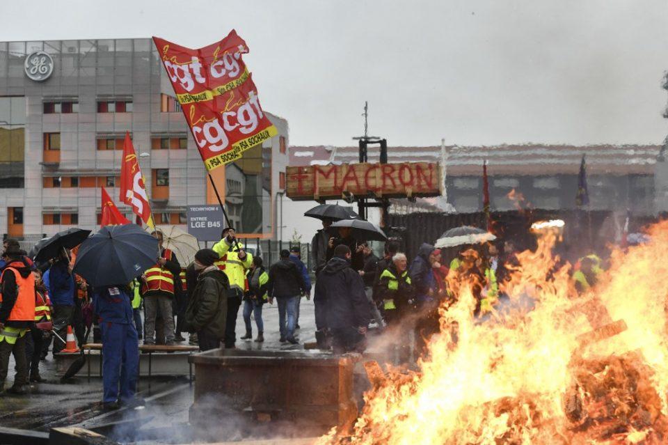 Втор ден штрајк во Франција против пензиската реформа на Макрон