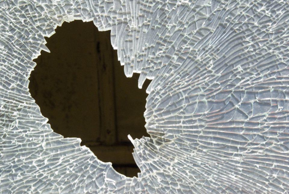 Приведен гевгеличанец, го скршил стаклото на здравствениот дом