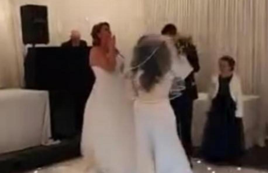 СКАНДАЛ НА СВАДБА: Влета облечена во венчаница и почна да го тепа младоженецот, невестата во шок (ВИДЕО)
