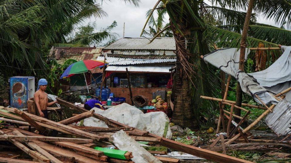 Најмалку 28 жртви во тајфунот што ги погоди Филипините