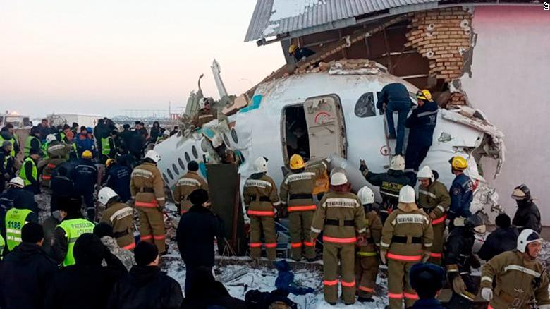 ФОТО+ВИДЕО: Авион се урна во Казахстан, најмалку 15 загинати
