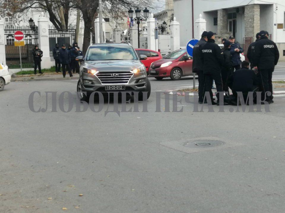 ФОТО: Диполоматско возило удри во полицаец пред Влада