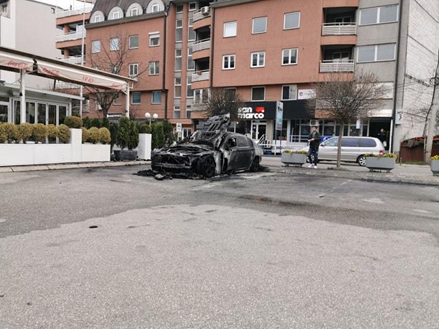 """ФОТО: Запален автомобил на паркингот на """"Зебра"""""""