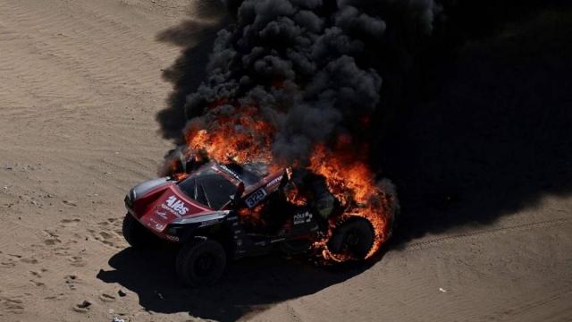 """Шокантни сцени на релито """"Дакар"""": Се запали возилото на Роман Думас! (ФОТО)"""