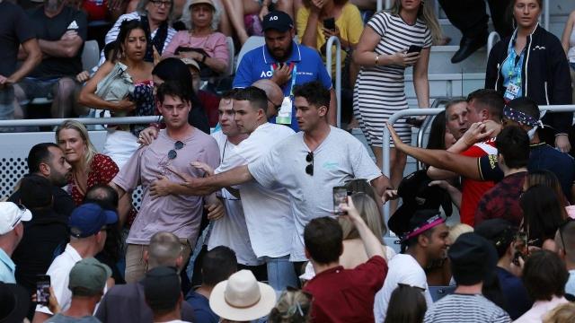 Хаос во Мелбурн: Руски навивач се степа на трибините (ВИДЕО)
