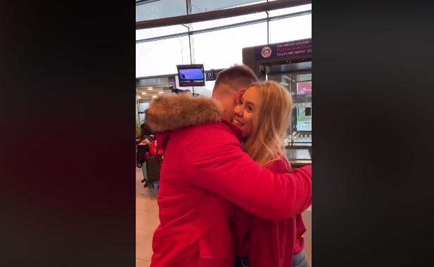 Македонската пејачка го излажа момчето, па му приреди изненадување среде скопскиот аеродром (ВИДЕО)