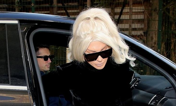 Во црно од глава до пети: Карлеуша им го скрши срцето на сите со оваа фотографија на позадината на нејзиниот телефон