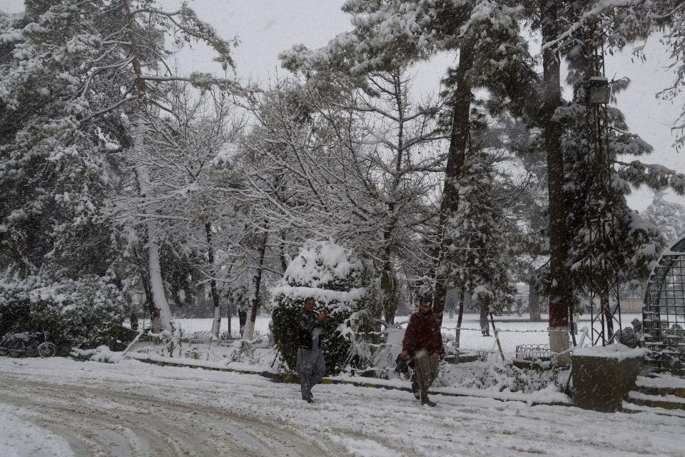 Снегот и лавините го парализираа животот во Авганистан, најмалку шестмина загинати