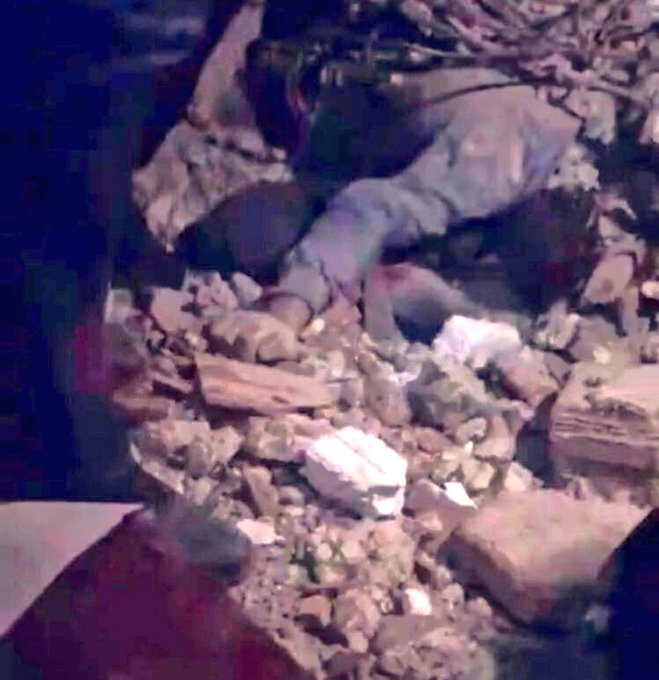 Трогателно видео од под урнатините во Турција: Татко се наместил како потпора за да ги заштити своите деца од земјотресот