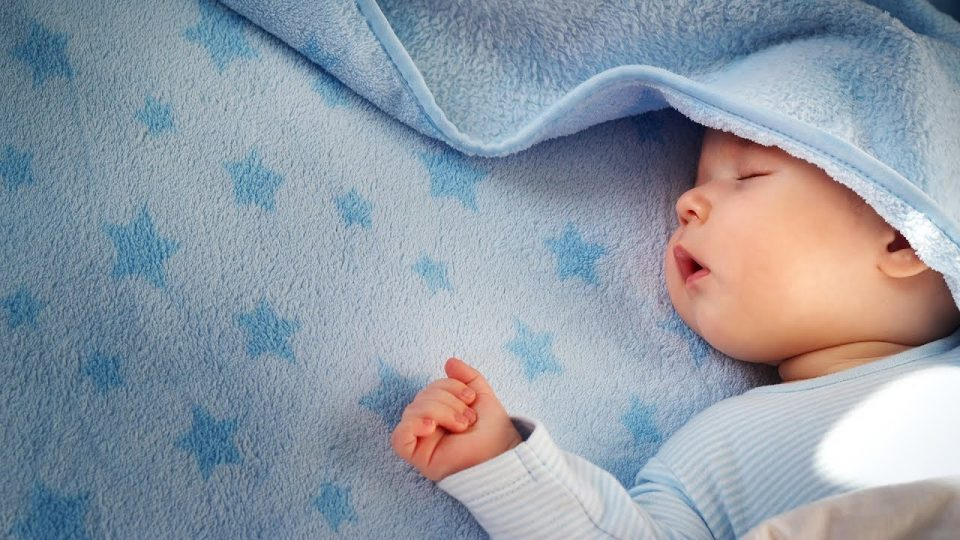 Овие прашања ги мачат родителите: Колку часови треба да спијат бебињата?