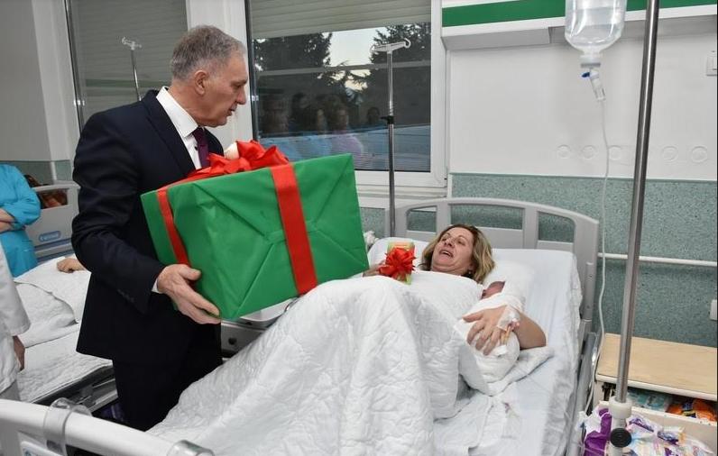 Првото бебе родено во Прилеп е третиот син на Весна Стојкоска