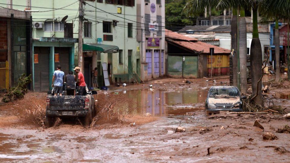 Најмалку 64 загинати во поплавите во Бразил