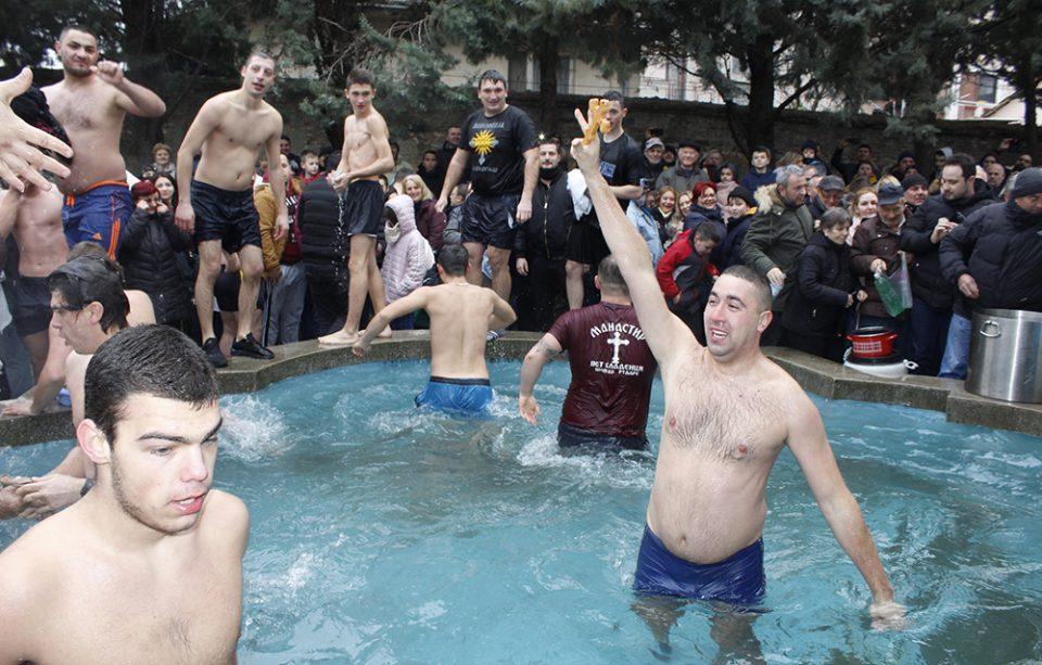 """Дејан Цветановски го фати светиот крст во црквата """"Свети Никола"""""""