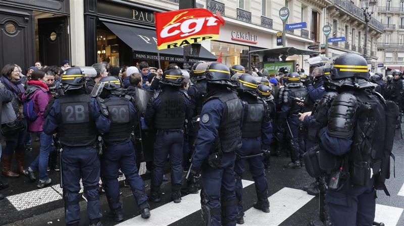 Демонстрантите упаднаа во седиштето на партијата на Макрон, полицијата ги растера со солзавец