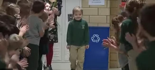 Цело училиште му аплаудира: Шестгодишно момче ја победи леукемијата и се врати како херој
