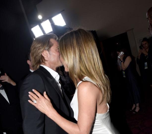 ВИДЕО: Историски допири – Бред и Џенифер се бакнуваа јавно по 15 години, актерот не сакаше да ја пушти