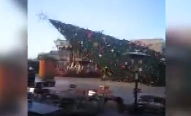 Силниот ветер ја урна новогодишната елка во Тирана (ВИДЕО)