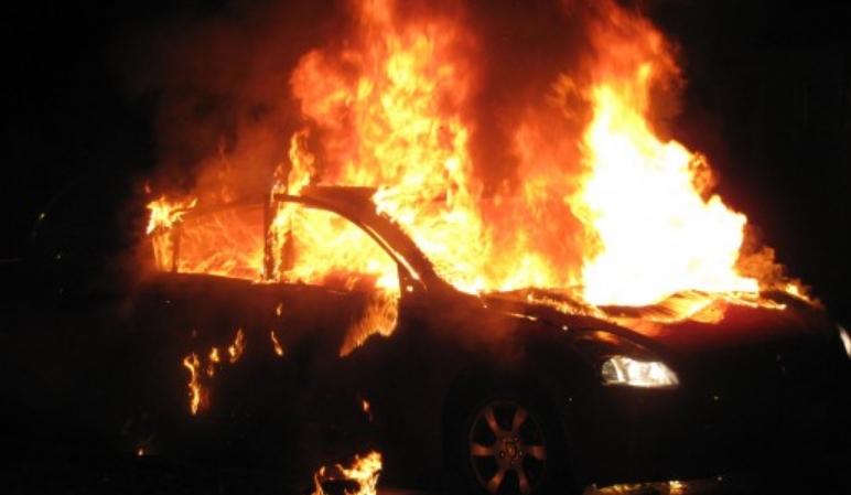 """Автомобил """"Јагуар"""" се запалил при возење, драма на автопатот Гостивар-Тетово"""