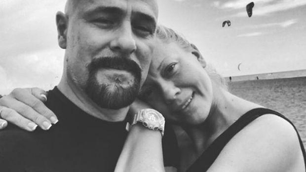 ФОТО: Вдовицата на раперот Гру првпат во јавноста по неговата смрт- во црнина, но со насмевка на лицето