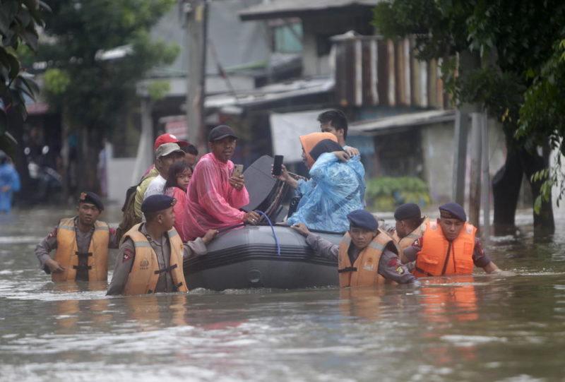 Расте бројот на настрадани во поплавите во Индонезија