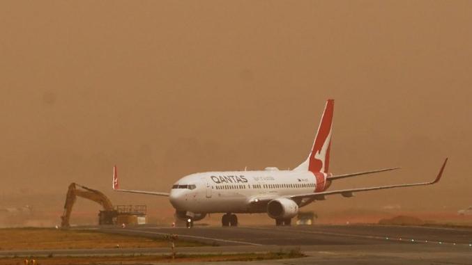 Аеродромот во Канбера затворен поради пожар во негова близина