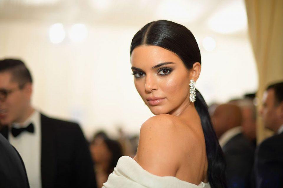 Дали на фотографијата ја препознавате една од најубавите жени на светот?