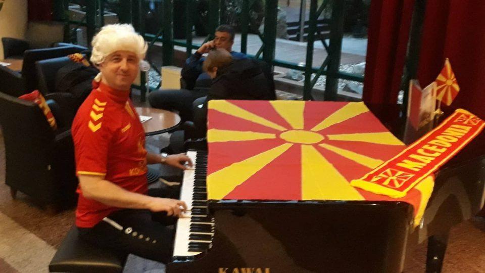 ФОТОГАЛЕРИЈА: Највеселиот македонски навивач во Виена е со знаме и клавир !
