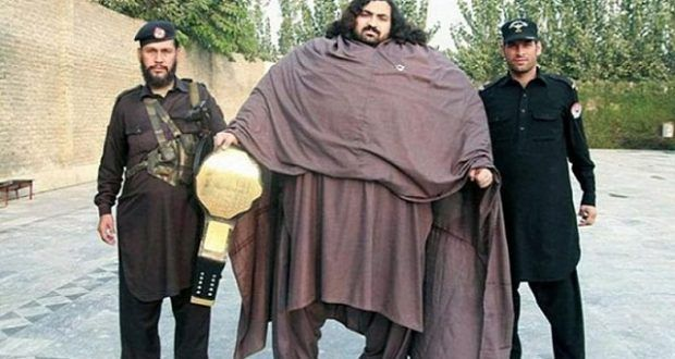 ВИДЕО: Ова е пакистанскиот Хулк – Има 444 килограми и бара жена за да се ожени, но има и критериуми