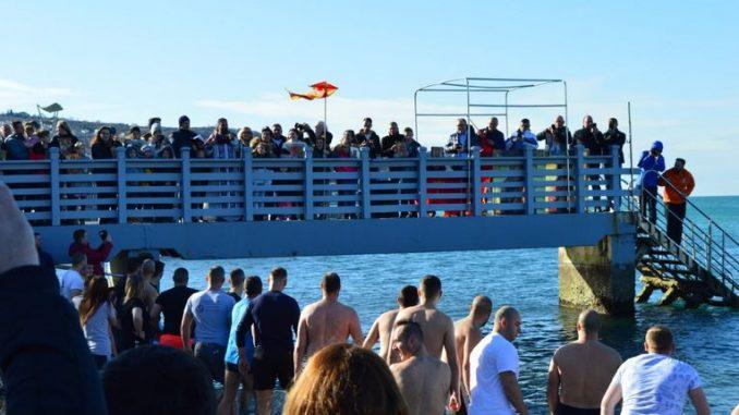 Околу 500 Македонци скокнаа по светитот крст во Копер