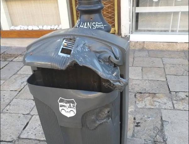 ФОТО: Оштетени десетина корпи за ситни отпадоци во Старата скопска чаршија
