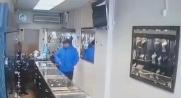 Урнебесно видео: Крадци на накит не можат да излезат од ограбената продавница