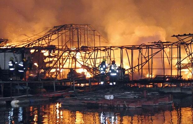 ДРАМА ВО БЕЛГРАД: Изгореа два сплава на реката Сава (ВИДЕО)