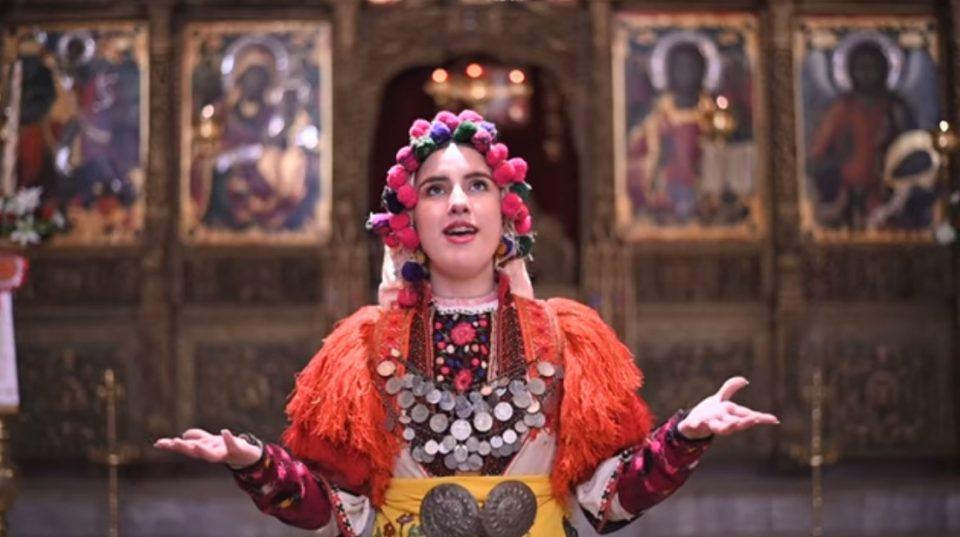 """Македонско девојче со ангелски глас: Слушнете како Теодора ја пее """"Вечниот Бог"""", ќе уживате! (ВИДЕО)"""