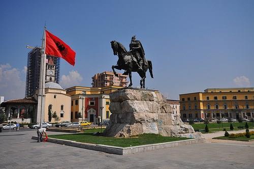 Албанската опозиција бара нова територијална поделба во Албанија, Македонците против