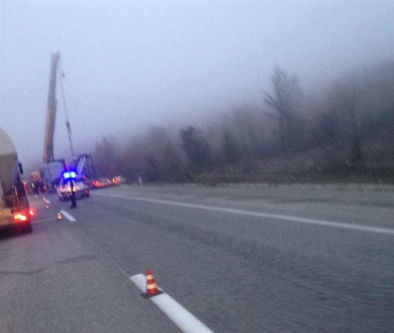 Видео: Сообраќајна незгода на автопатот Велес-Скопје, се излизгал камион (ВИДЕО)