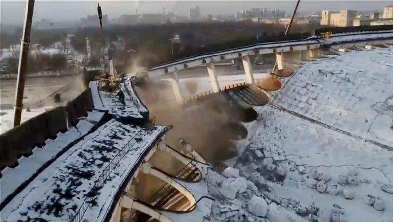 Се сруши покрив на стадион во Русија, работник пропадна во рушевините заедно со покривот (ВИДЕО)