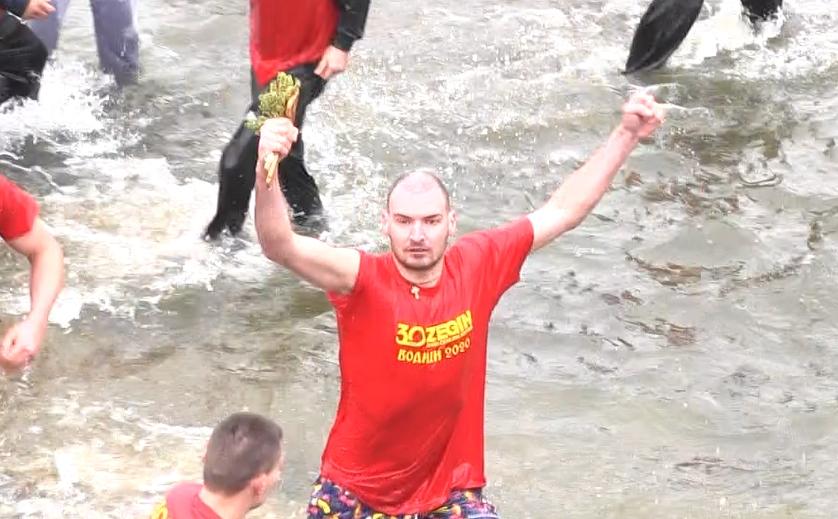 Васко Панчовски по втор пат го извади светиот крст од водите на река Брегалница во Делчево