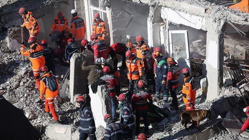Најмалку 38 загинати во земјотресот во Турција, жена и дете спасени од под урнатините