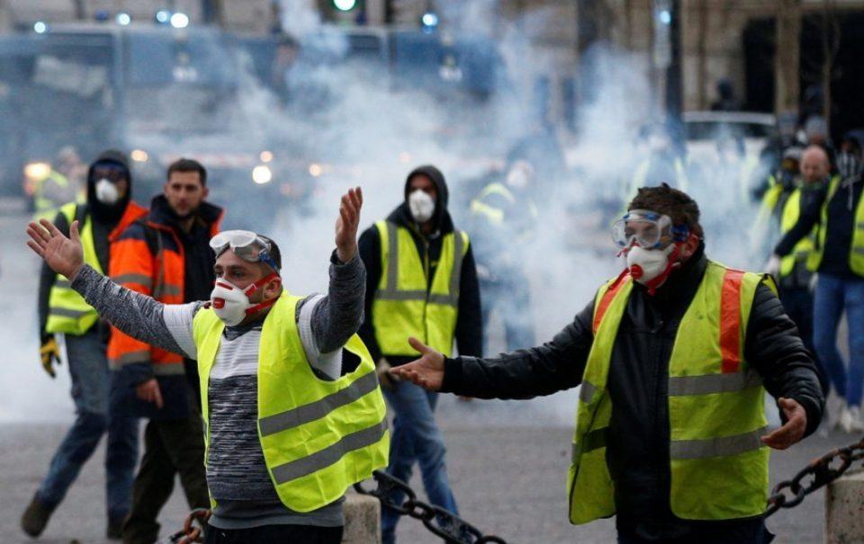 Хаос во Париз: На протестот на Жолтите елеци уапсени 59 луѓе