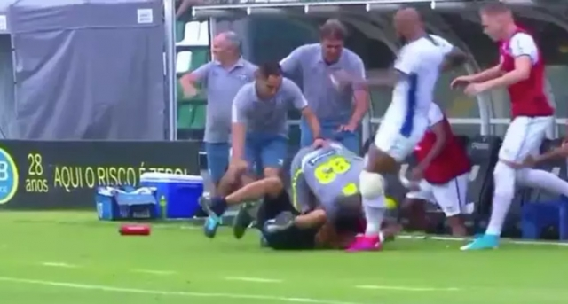 Навивач дојде до клупата на гостинскиот тим и доби ќотек (ВИДЕО)
