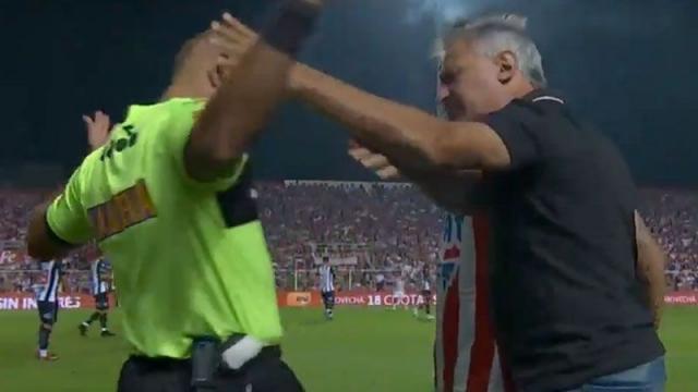 Аргентински тренер целосно одлепи, па го фати судијата за врат (ВИДЕО)