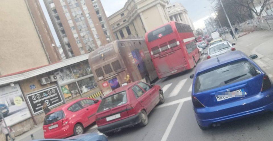 ХАОС ВО ЦЕНТАРОТ НА СКОПЈЕ: Автобуси не поминуваат низ Рекорд, колони од автомобили до Аеродром- еве ја причината (ФОТО)