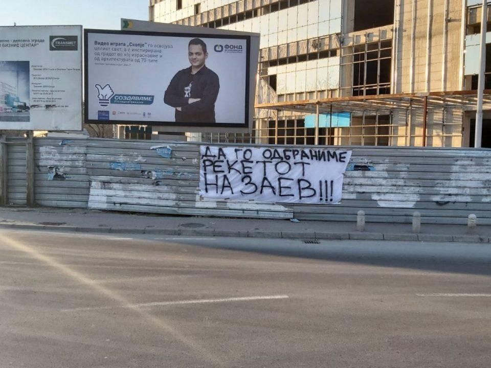 (ФОТО) Пароли ги пречекаа автобусите на СДСМ: Добредојдовте на маршот за спас на Заев
