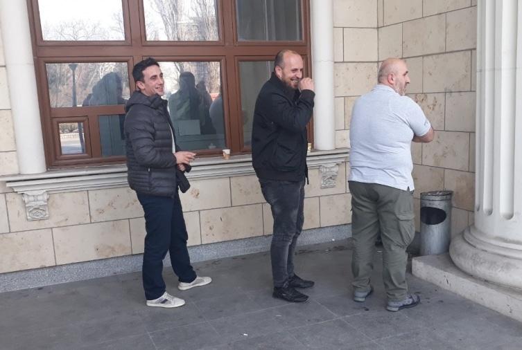БРУКИ НЕВИДЕНИ: Заев мува не го лази- Обвинетите од Монструм насмеани си правеа селфи со Заев