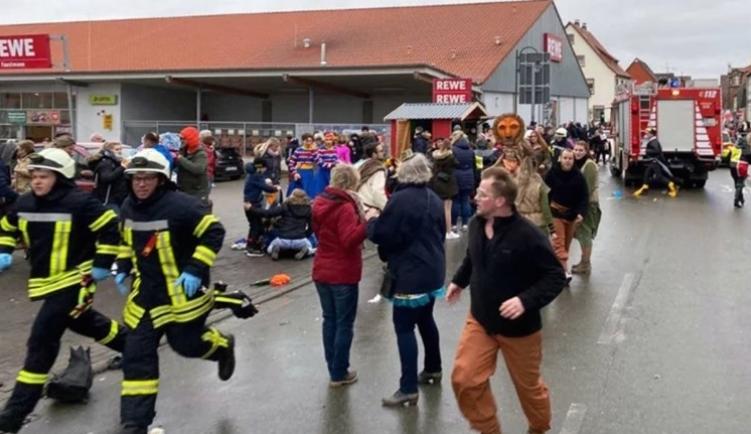 Најмалку 18 деца се повредени од влетувањето на автомобил во карнавалската поворка во германскиот град Волкмарсен