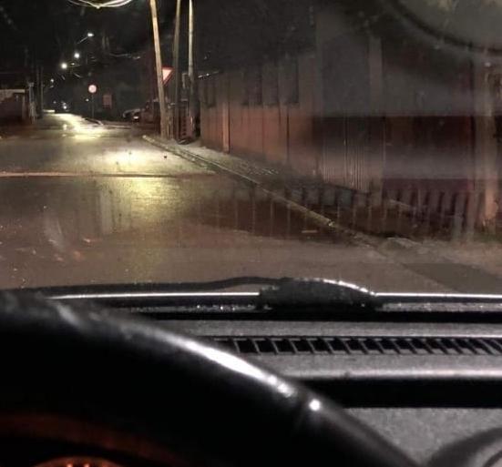 """По силниот ветер во Скопје улица во Ѓорче Петров стана хит: """"Издуван"""" монтажен тоалет го блокира коловозот (ФОТО)"""