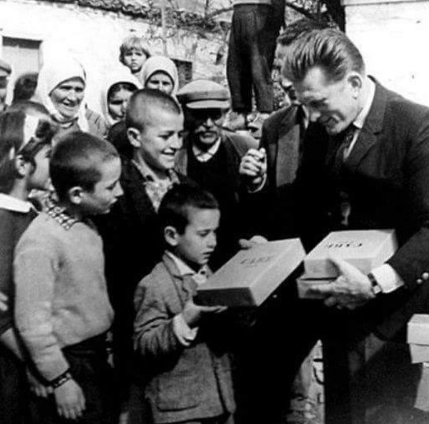 """ФОТО: Холивудската легенда Кирк Даглас """"уловен"""" како им подарува училиштен прибор на дечиња од Егејска Македонија (ФОТО)"""