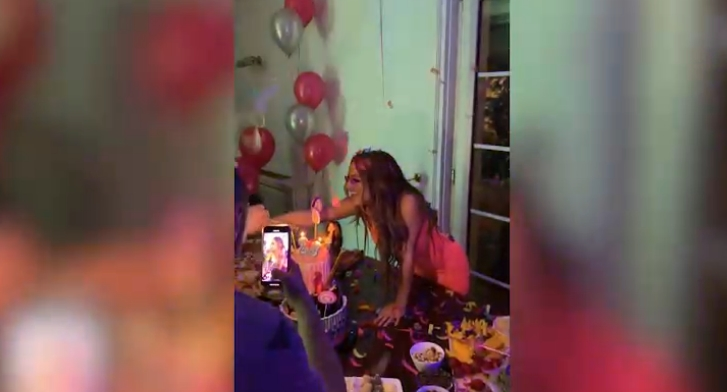 Српската пејачка го прослави роденденот од соништата- а кога ќе видите што направи пред да ги дувна свеќите нема да им верувате на очите