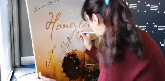 Додека блицовите трепкаа Атиџе му го откри уникатниот потпис на светот- овој автограм остана овековечен во Холивуд (ВИДЕО)